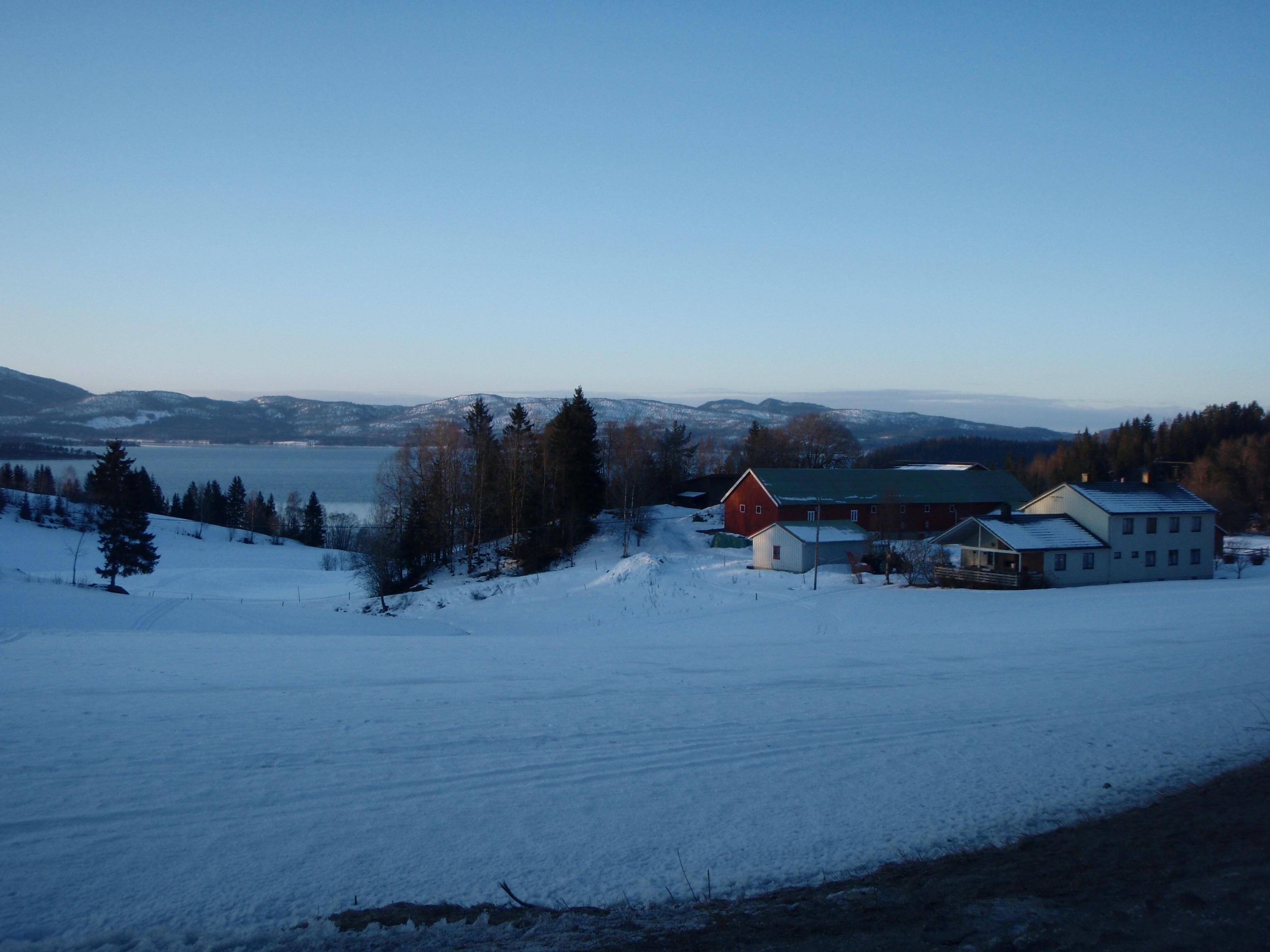 Lorsque le soir arrive quelque part entre Steinkjer et Snåsa, je louche sur une ferme pour passer la nuit
